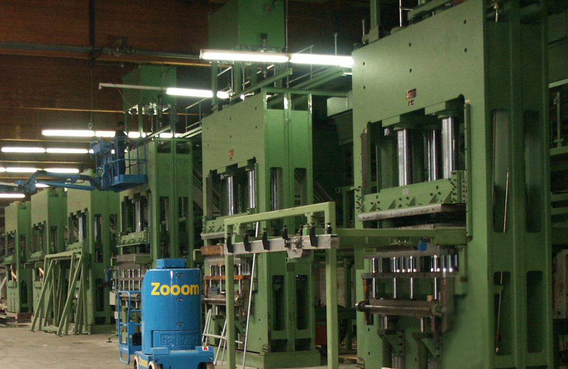 Presses à compression pour le traitement des copeaux de bois collés dans un hall de production